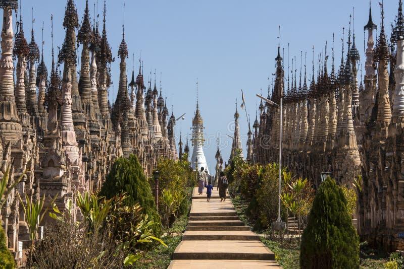 Stupa på Kakku det buddistiska tempelet - Myanmar arkivbild