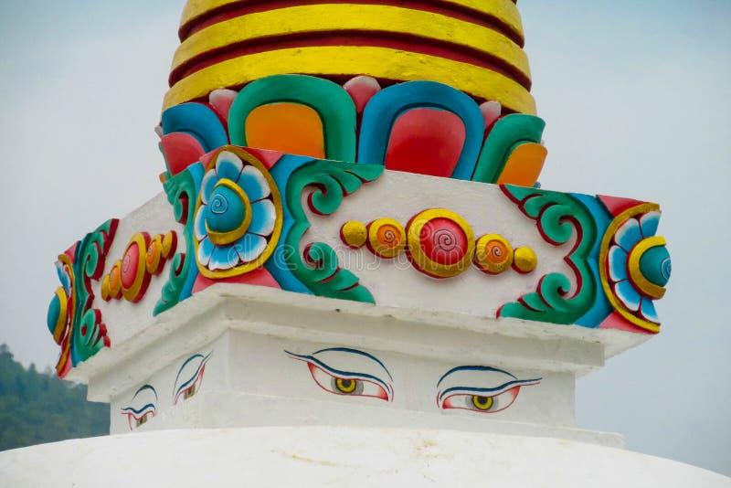Stupa mit Buddha-Augen in Nepal stockbild