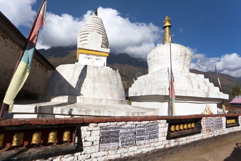 Stupa mit Gebetsflaggen und -rädern stockfotos