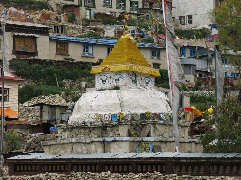 Stupa nel bazar di Namche, regione di Everest fotografia stock