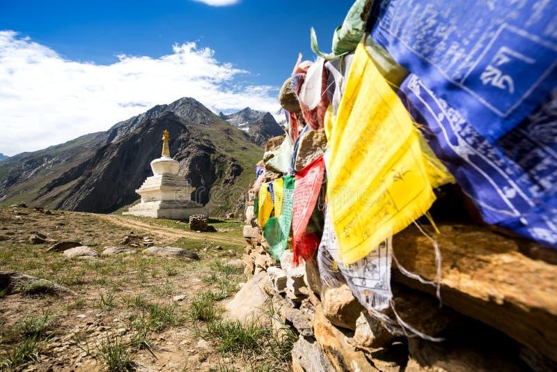 Stupa och bönflagga royaltyfria foton