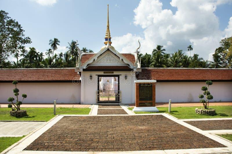 Stupa phra Wat которое висок sawi для chedi уважения посещения перемещения тайских людей моля и статуи Будды в Chumphon, Таиланде стоковая фотография