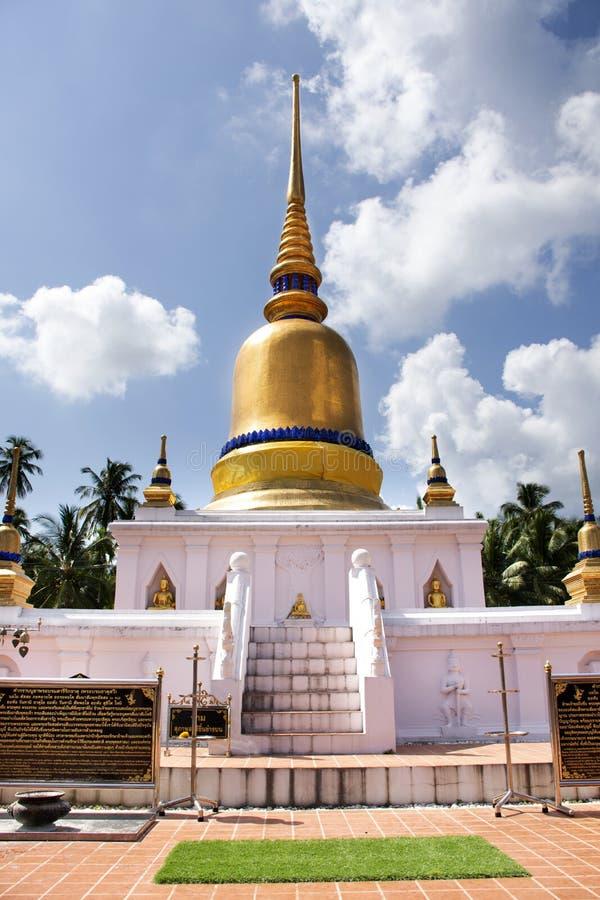 Stupa phra Wat которое висок sawi для chedi уважения посещения перемещения тайских людей моля и статуи Будды в Chumphon, Таиланде стоковое фото