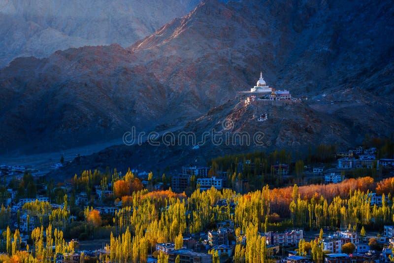 Stupa Santi на свете после полудня стоковые фото