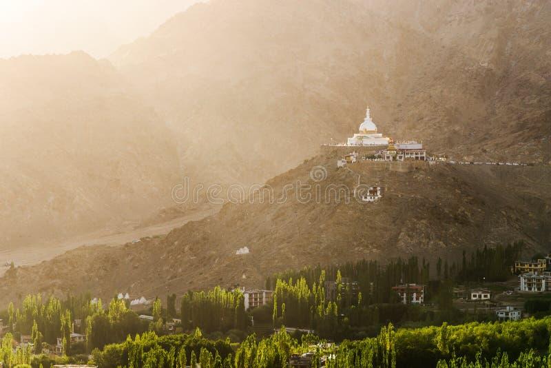 Stupa Shanti με το φως του ήλιου στο χρόνο ηλιοβασιλέματος στοκ εικόνες