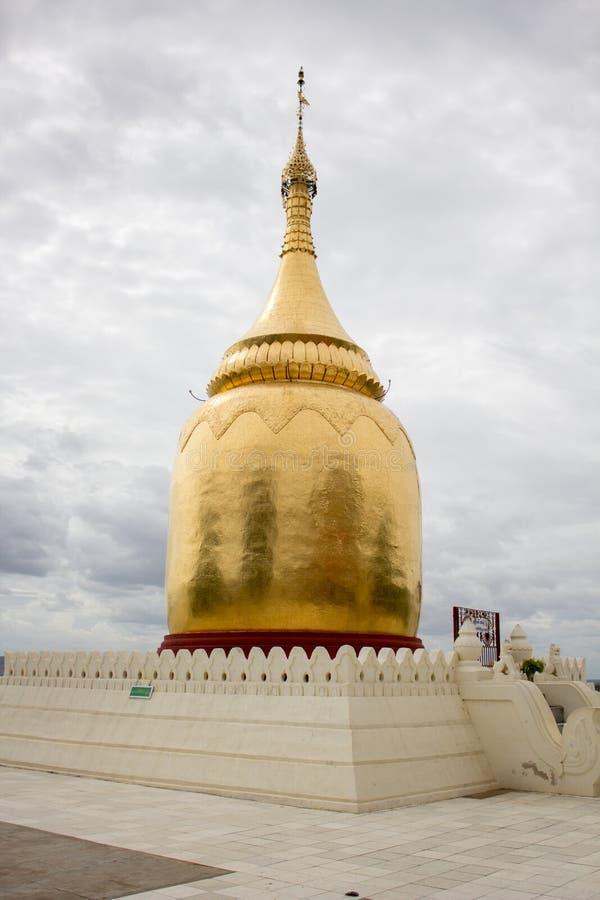 Stupa simple peint dans la couleur d'or images stock
