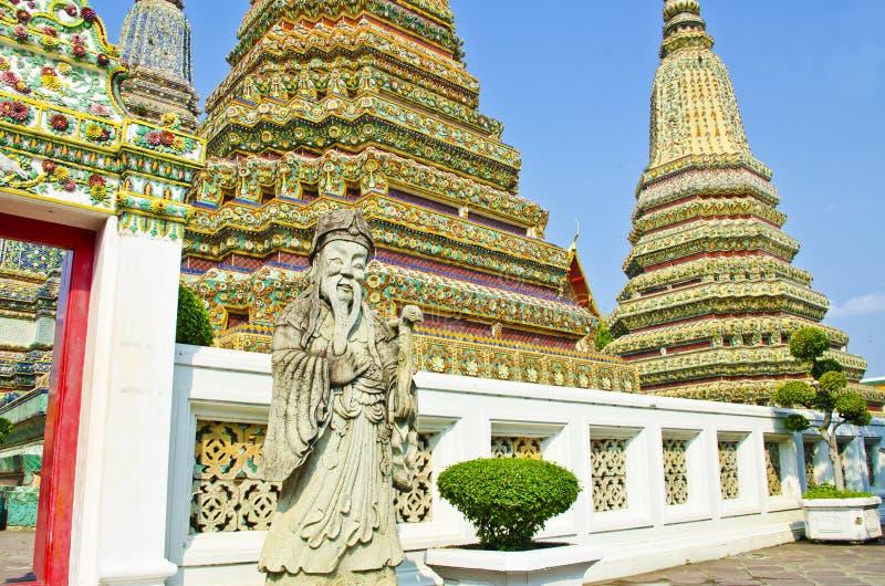 Stupa und Statue in Wat Pho lizenzfreies stockbild