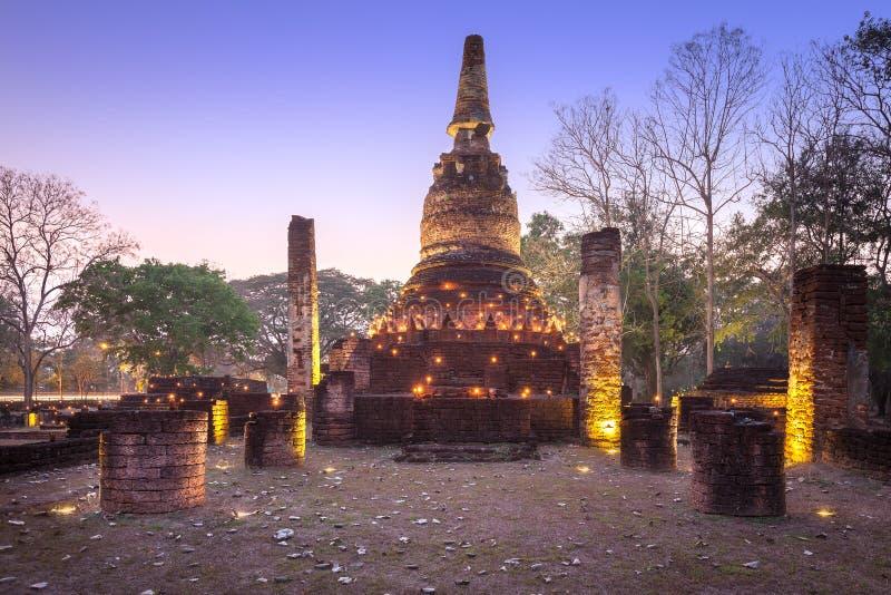 Stupa velho com luz de vela no parque histórico de Kamphaeng Phet imagem de stock