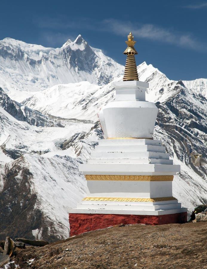 Stupa y soporte budistas Khangsar Kang, gama de Annapurna foto de archivo libre de regalías