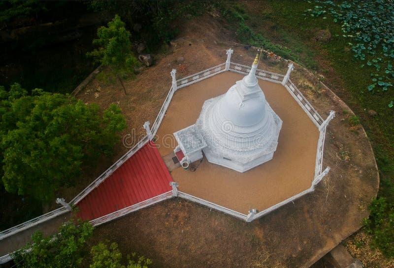 Stupa y templo con el lago en Sri Lanka imagenes de archivo