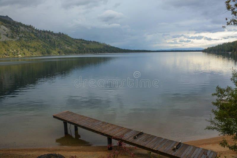 Stupad blad sjö nära Lake Tahoe arkivbild