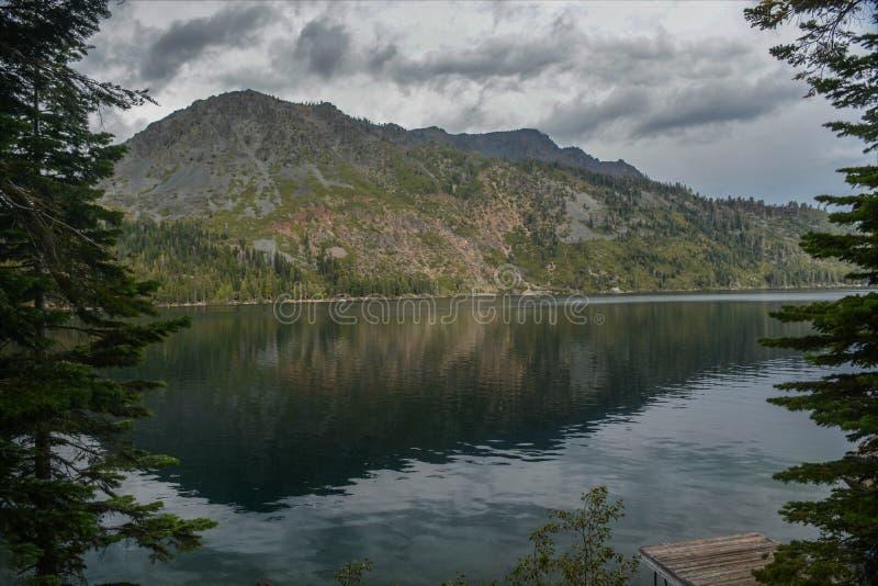 Stupad blad sjö nära Lake Tahoe arkivbilder