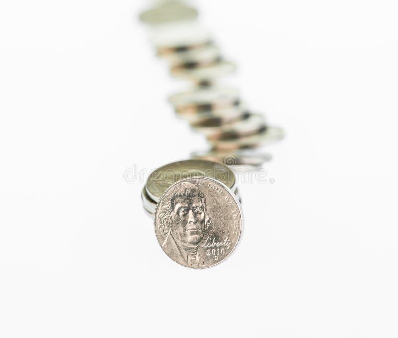 Stupad bunt av USA-mynt över vit bakgrund royaltyfri fotografi