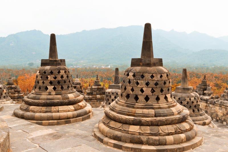 Stupas antichi in tempio buddista di Borobudur Tempio buddista di Mahayana in Java immagine stock libera da diritti
