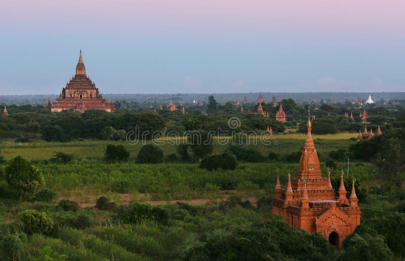 Stupas antigos dos templos na cidade de Bagan, Myanmar foto de stock royalty free