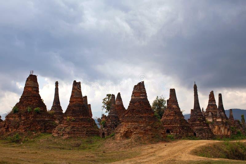 Stupas antiguos en el pueblo de Sangkar, Myanmar fotos de archivo