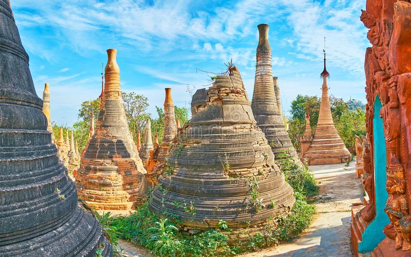Stupas arruinados em Nyaung Ohak, Indein, lago Inle, Myanmar imagens de stock royalty free