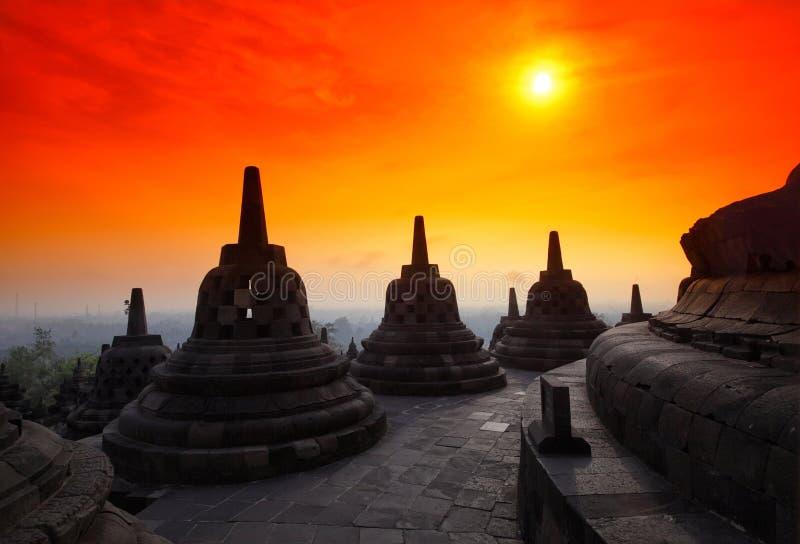 Stupas au niveau supérieur du temple de Borobudur sur l'islan images stock