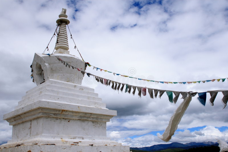 Stupas avec l'indicateur du Thibet image stock