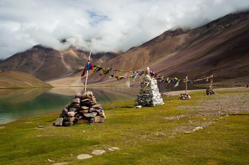 Stupas bouddhistes chez Chandratal image stock
