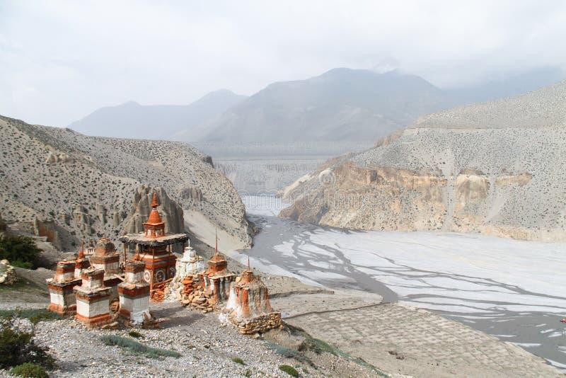 Stupas bouddhistes dans le mustang supérieur, Népal photographie stock libre de droits