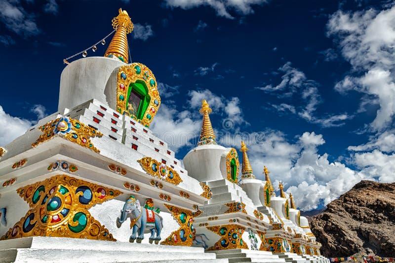 Stupas brancos dos chortens em Ladakh, Índia foto de stock royalty free