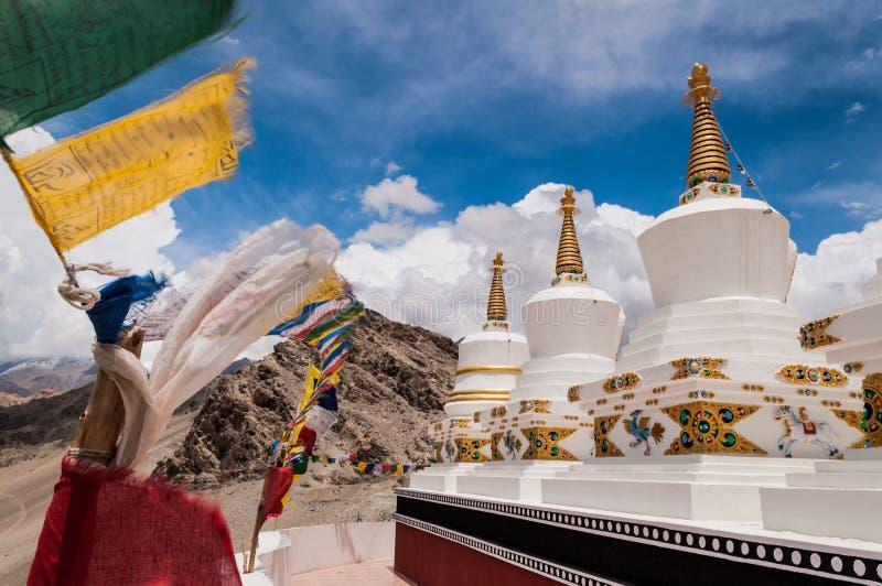 Stupas e bandiere buddisti di preghiera immagine stock