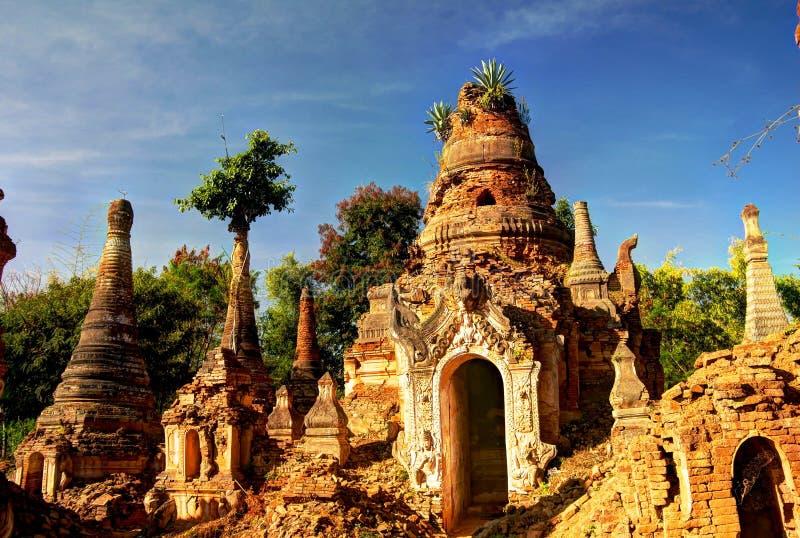 Stupas budistas arruinados na pensão Dein fotografia de stock