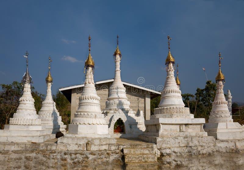 Stupas budistas brancos Indein imagem de stock