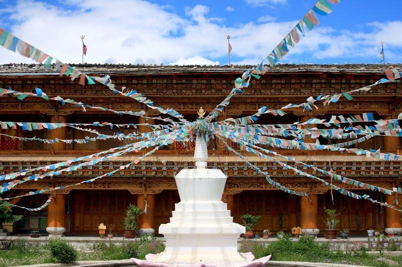 Stupas com bandeira de Tibet em um templo imagens de stock royalty free
