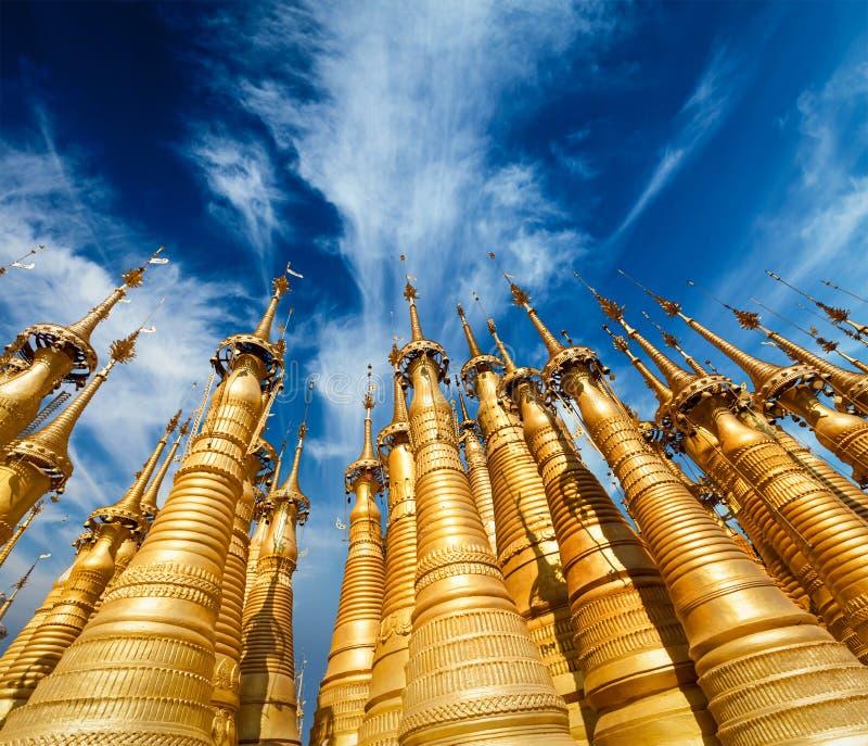 Stupas d'or dans la pagoda de Shwe Indein, Myanmar photographie stock