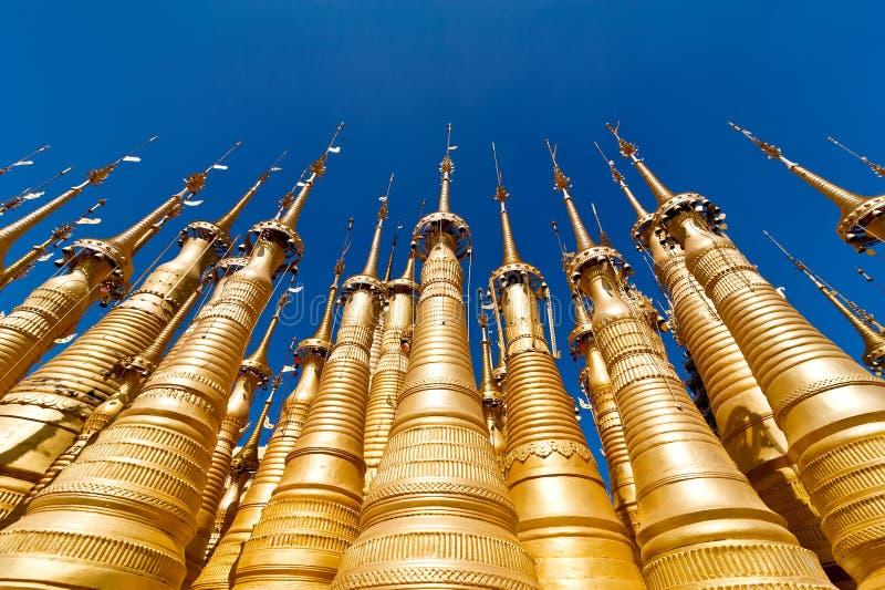 Stupas d'or de pagoda de Shwe Indein. Myanmar (Birmanie) image stock