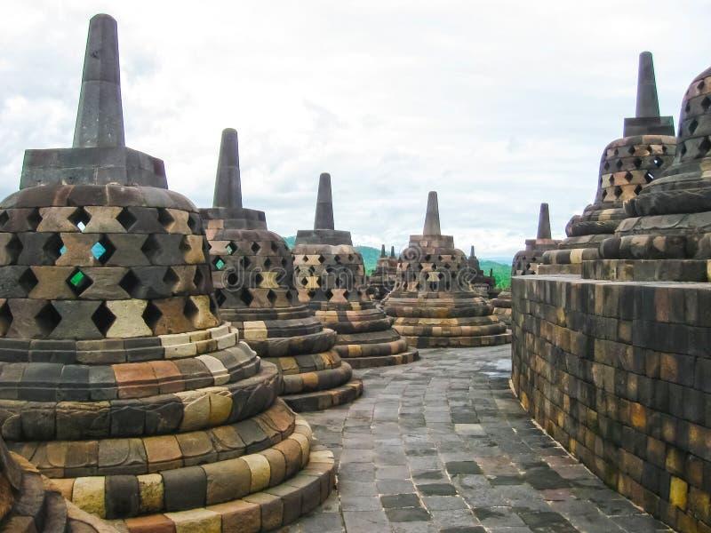 Stupas dans le temple de Borobudur, Java-Centrale chez l'Indonésie photo stock