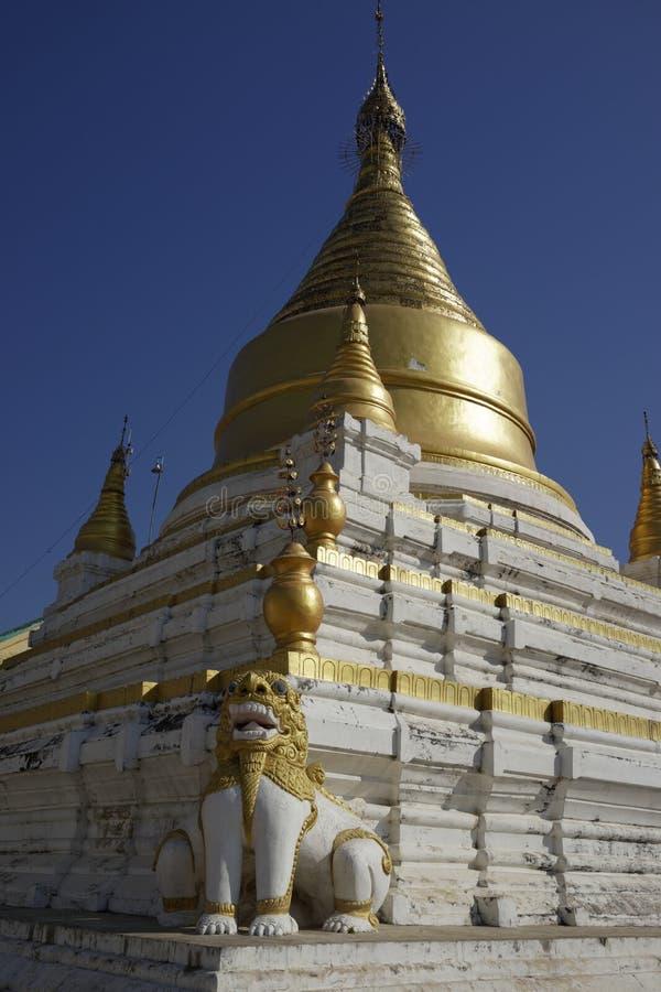 Stupas de Maha Aung Mye Bonzan Monastery (Inwa, Myanmar) photo stock