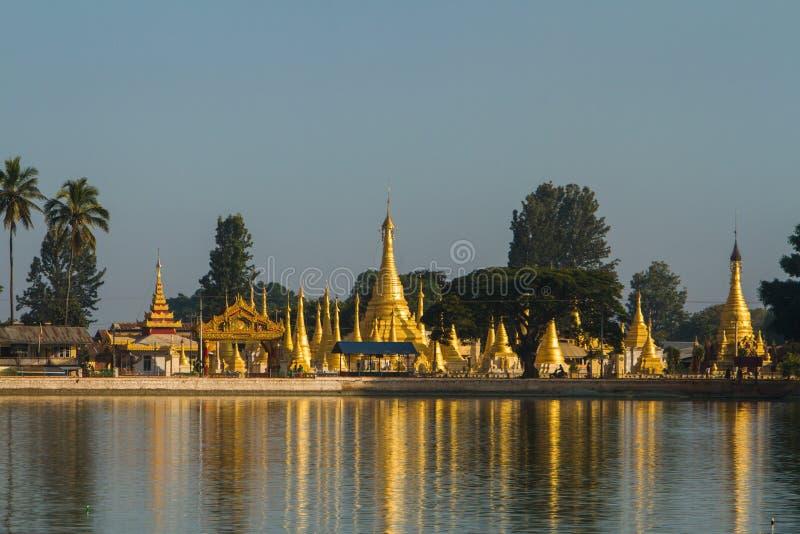 Stupas de oro en el lago Pone Taloke imágenes de archivo libres de regalías