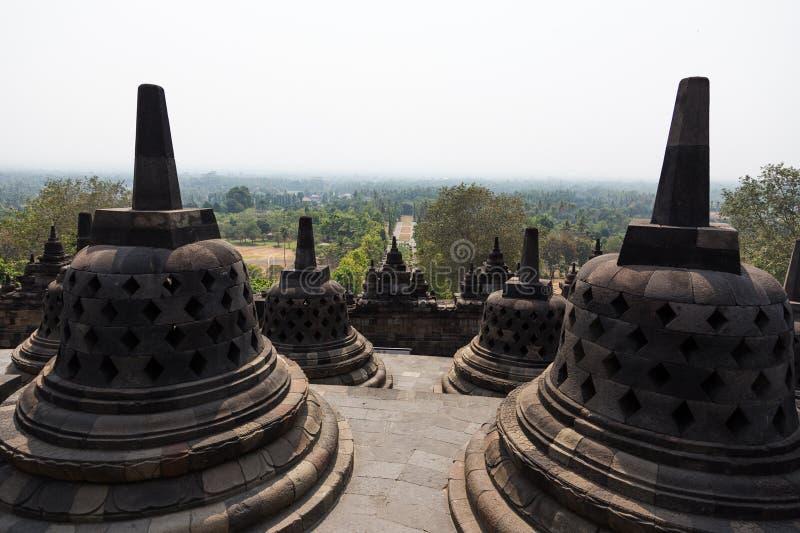 Stupas de temple de Borobudur, Java, Indonésie donnant sur le paysage images libres de droits
