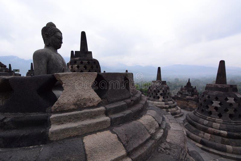 Stupas di Borobudur che trascurano le montagne Magelang Java centrale l'indonesia fotografia stock