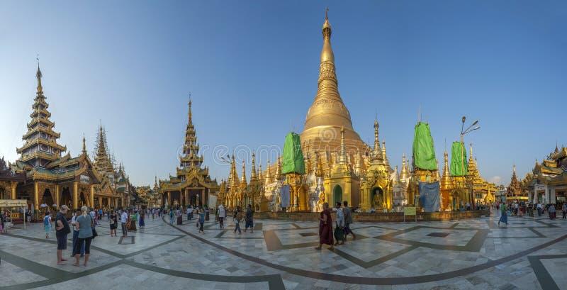 Stupas dorati allo Shwedagon Paya immagini stock libere da diritti