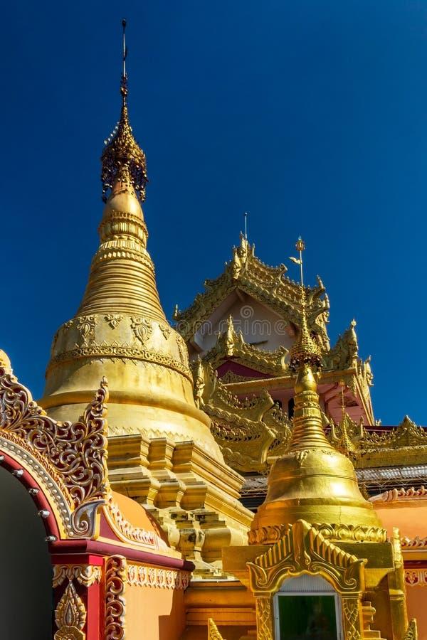 Stupas du temple birman de Dhammikarama à Georgetown de Penang en Malaisie Vue verticale images stock