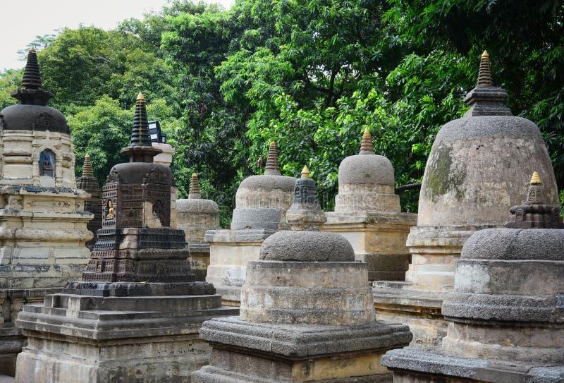 Stupas en pierre au temple bouddhiste avec beaucoup d'arbres dans Bodhgaya, Inde photo stock