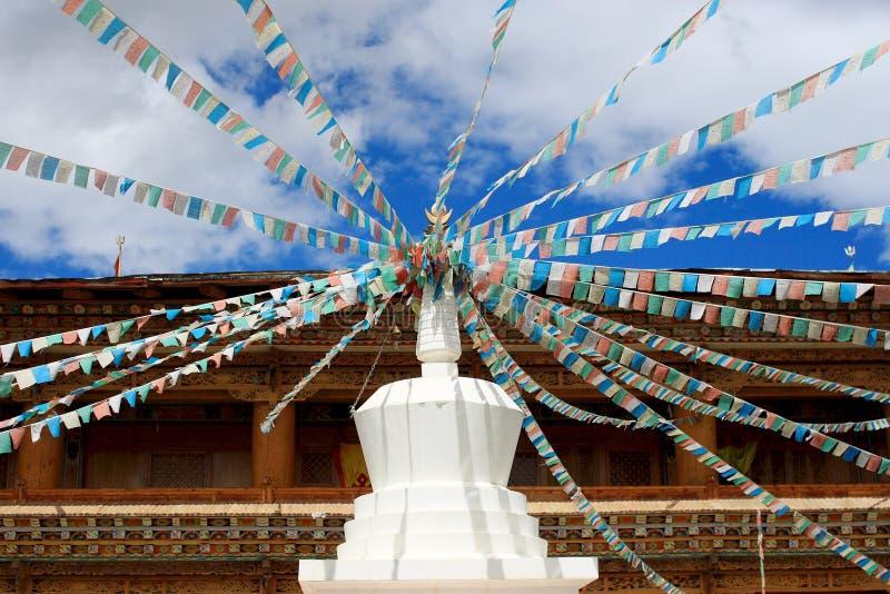 Stupas met de vlag van Tibet in een tempel stock afbeelding