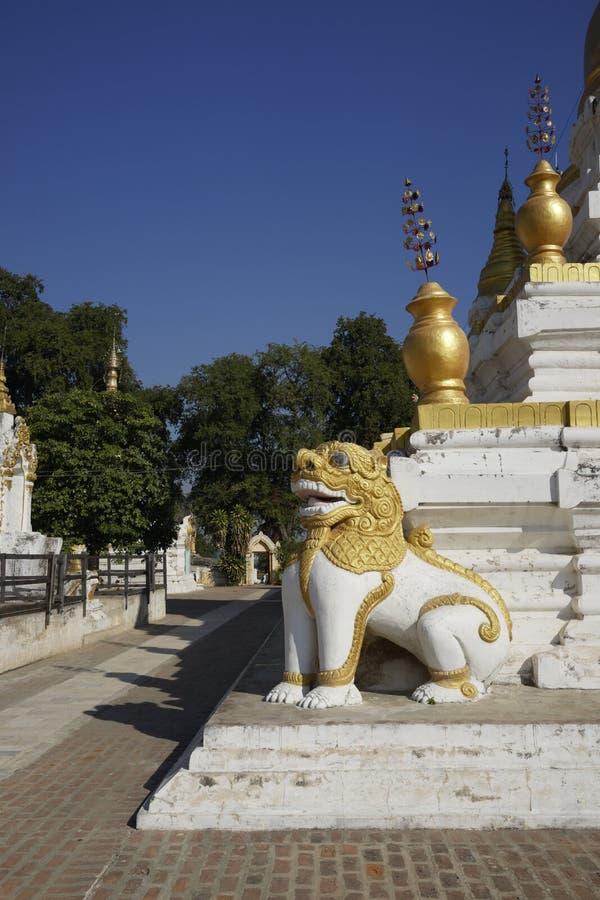 Stupas protecteurs de lion de Maha Aung Mye Bonzan Monastery (Inwa, Myanmar) images libres de droits