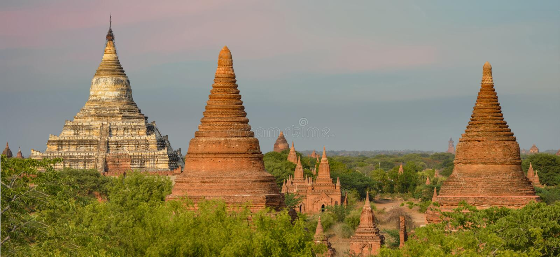 Stupas, Temples, Pagode Blanche Shwesandaw Panorama image stock