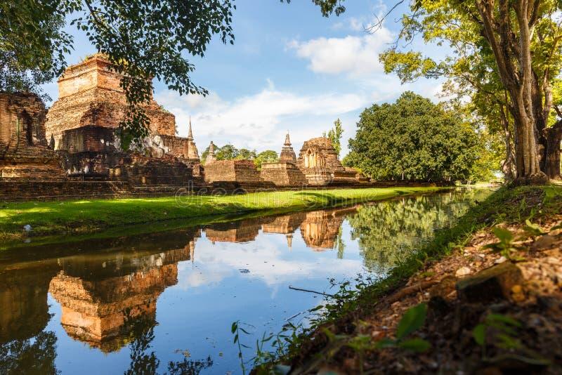 Stupas, templos y un río en el parque histórico de Sukhothai en Tailandia imagenes de archivo