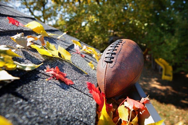 Stupränna mycket av höstsidor med en fotboll arkivbilder