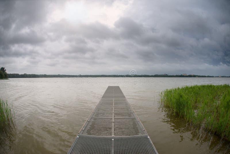 Sturm über dem See stockfoto