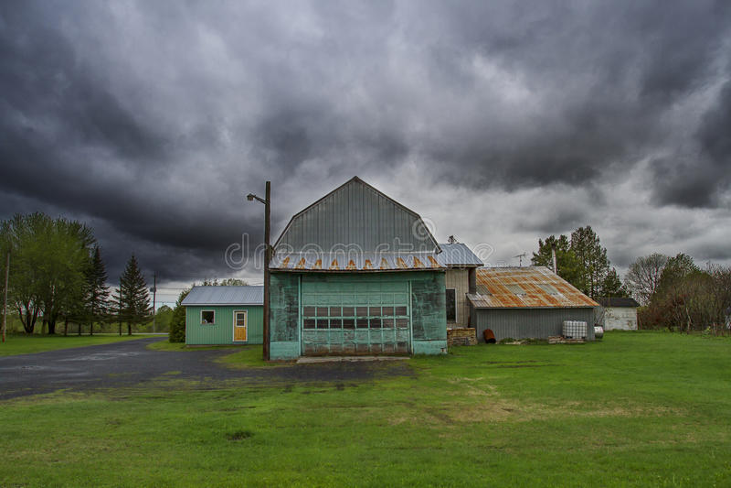 Sturm über Scheune stockfoto