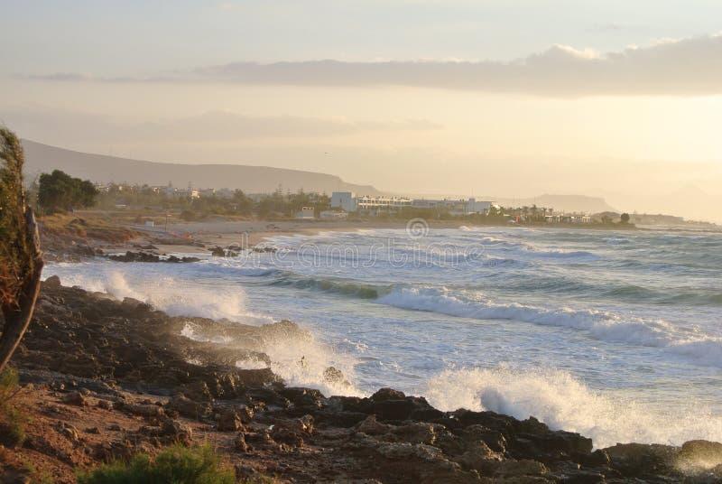 Sturm auf dem Meer und dem Sonnenuntergang lizenzfreie stockbilder