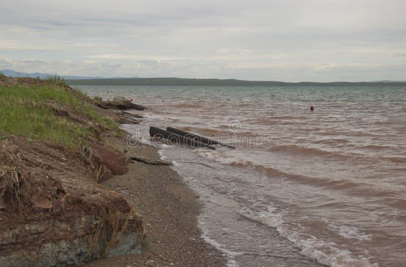Sturm auf dem See, der Wind fährt die Wellen lizenzfreie stockfotografie