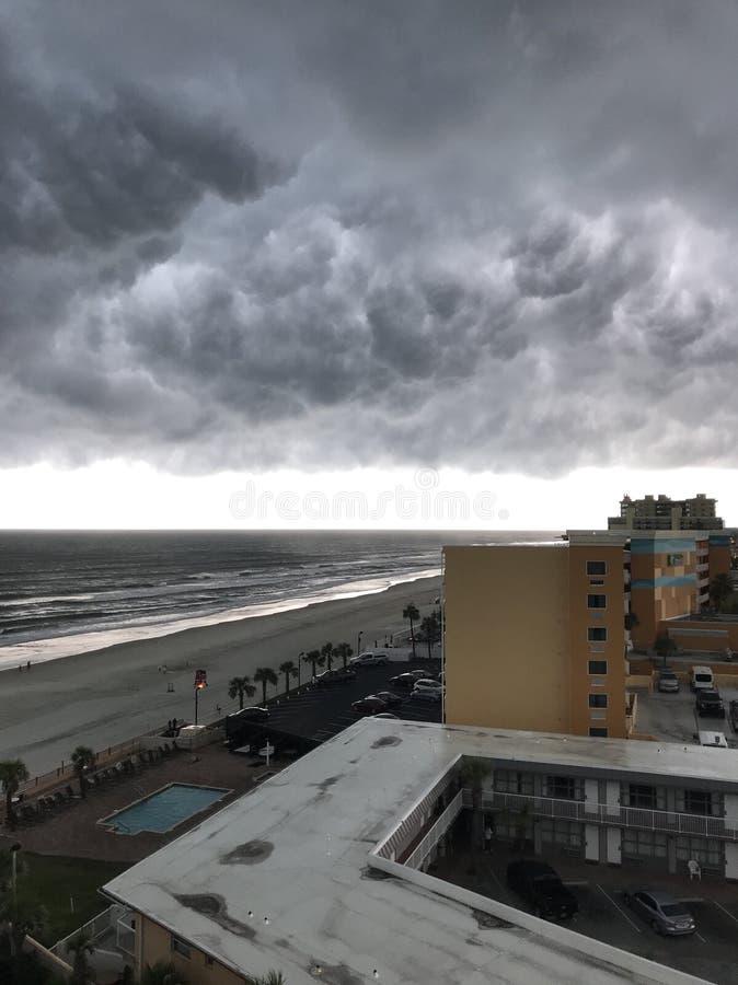 Sturm auf dem Strand lizenzfreie stockfotografie